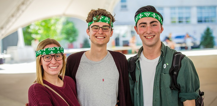 Trois étudiants sous la tente à la place de l'univerité représentent la francophonie