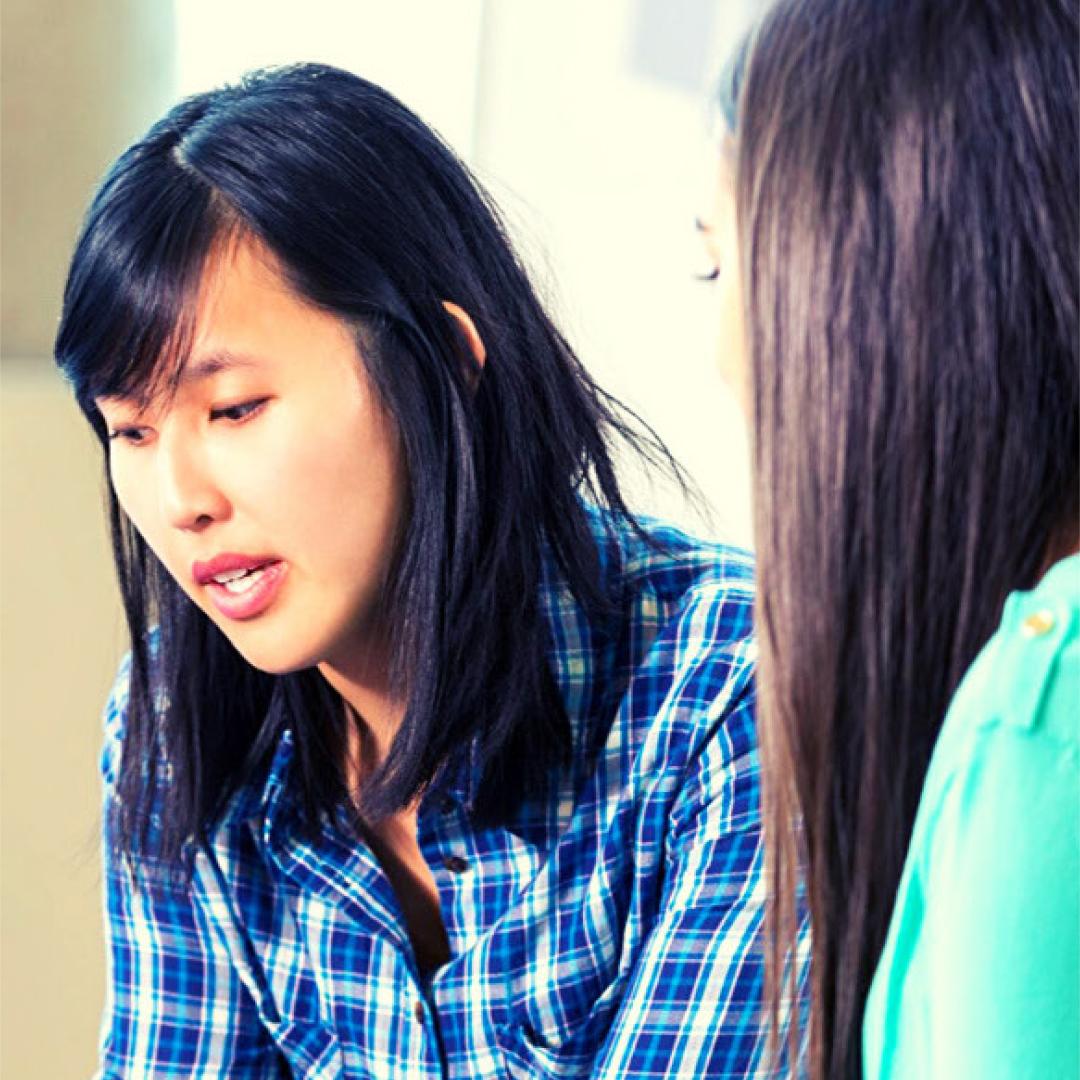 Une personne parle à une autre personne.