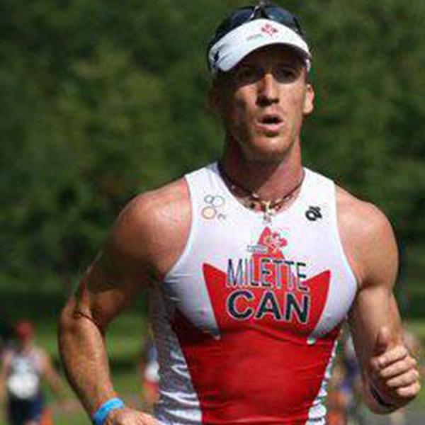 Homme qui court lors d'un triathlon