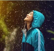 personne souriant sous la pluie