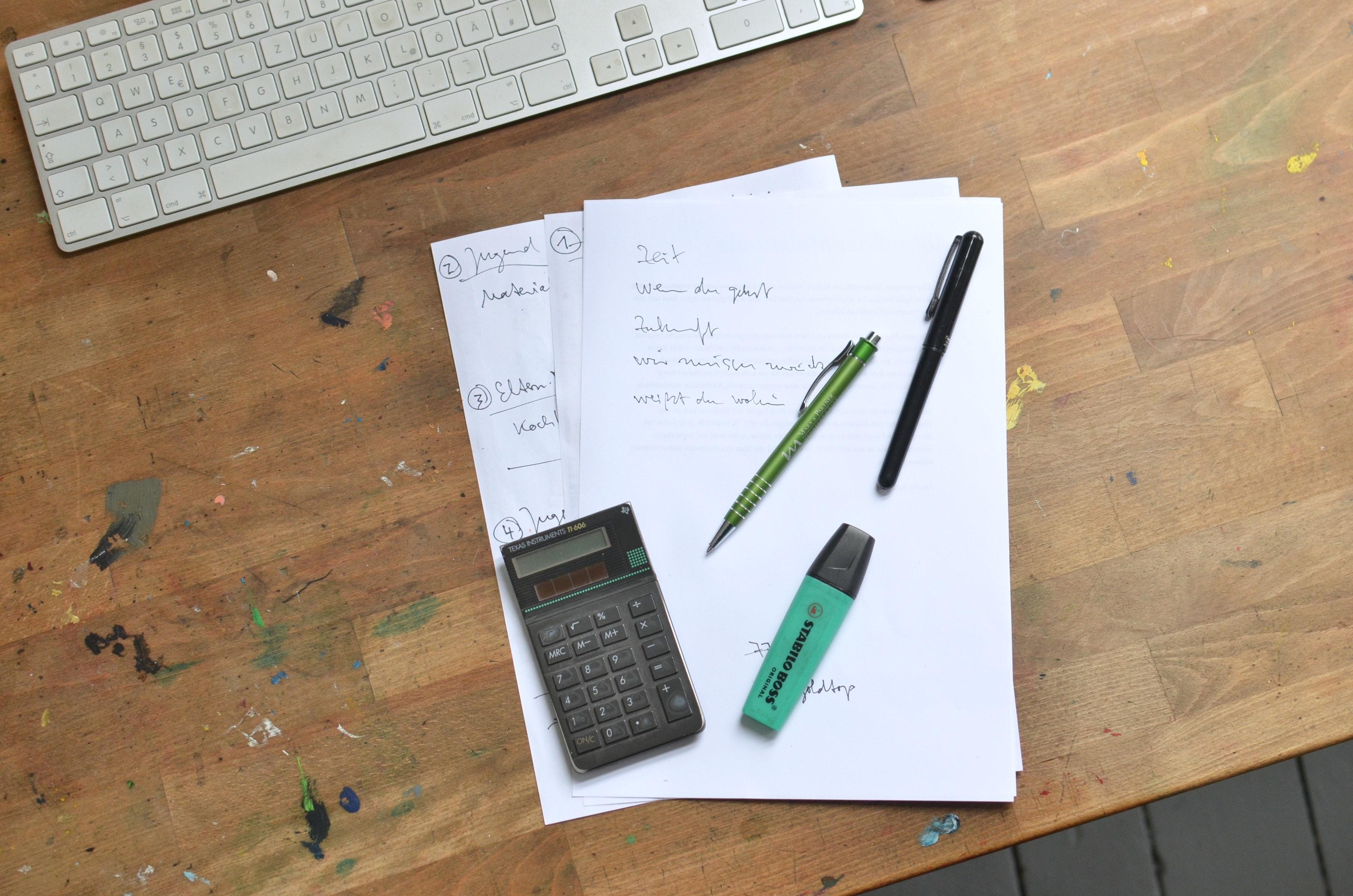 Un crayon et du papier sur un bureau