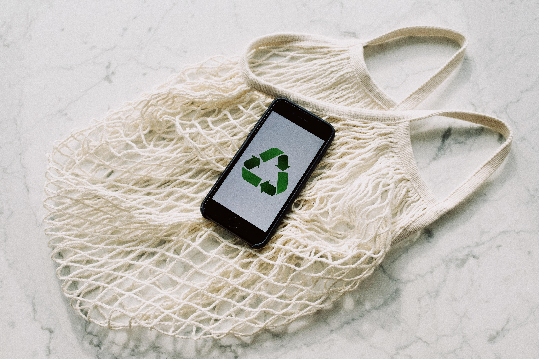 Un téléphone avec le symbole du recyclage