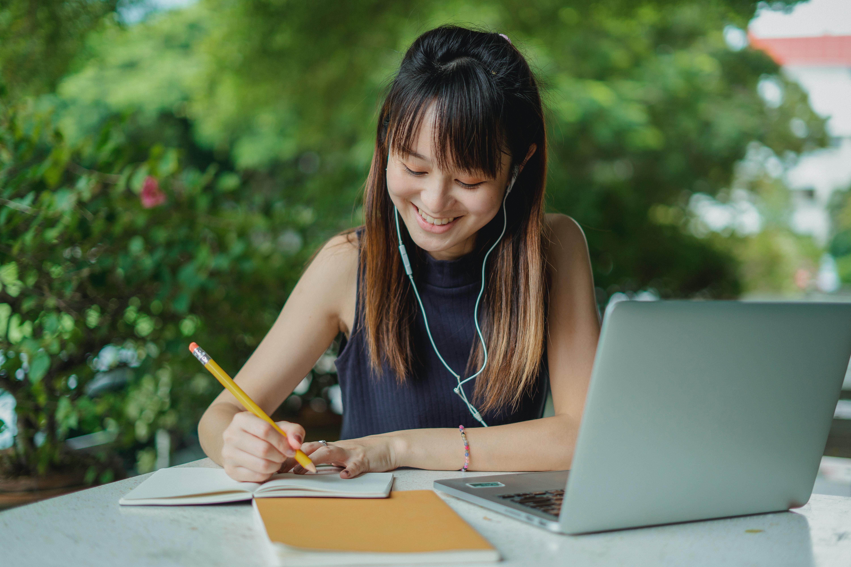 Une personne qui étudie à son bureau avec son ordinateur