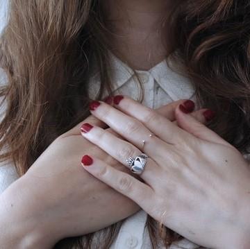 Les mains d'une femme placées sur sa poitrine