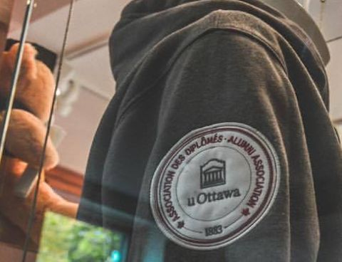 sweatshirt with uOttawa Alumni Association logo