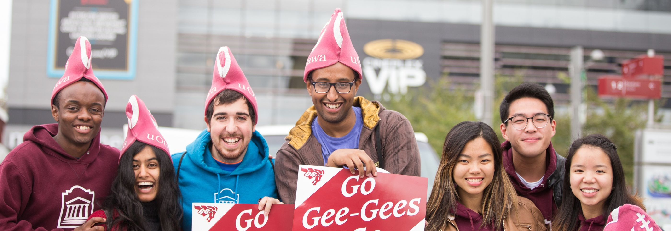 Alumni and students celebrating the uOttawa Gee-Gees.