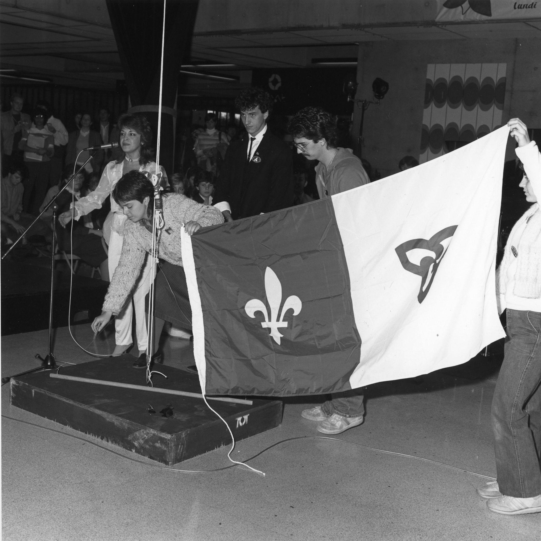 Étudiants tenant le drapeau Franco-ontarien lors d'une cérémonie