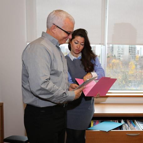 Deux personnes consultant un document