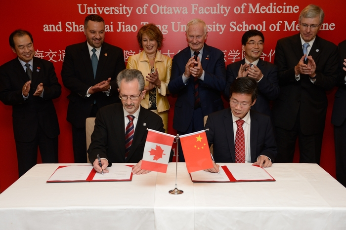 uOttawa Faculty of Medicine Dean Jacques Bradwejn and Guoqiang Chen, Chancellor of the Shanghai Jiao Tong University School of Medicine sign a MOU in Shanghai