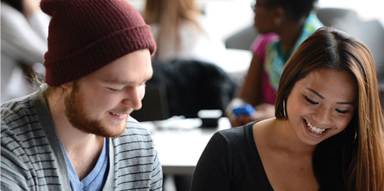 Deux étudiants travaillant sur un projet