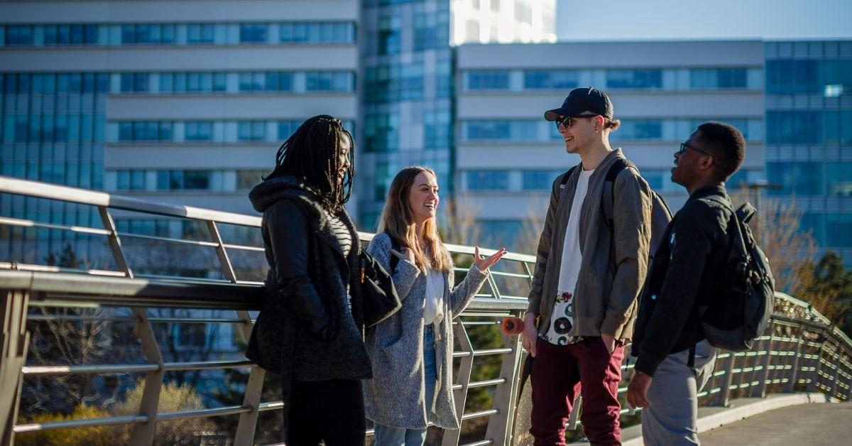 Quatre étudiants sur la Passerelle Corktown.
