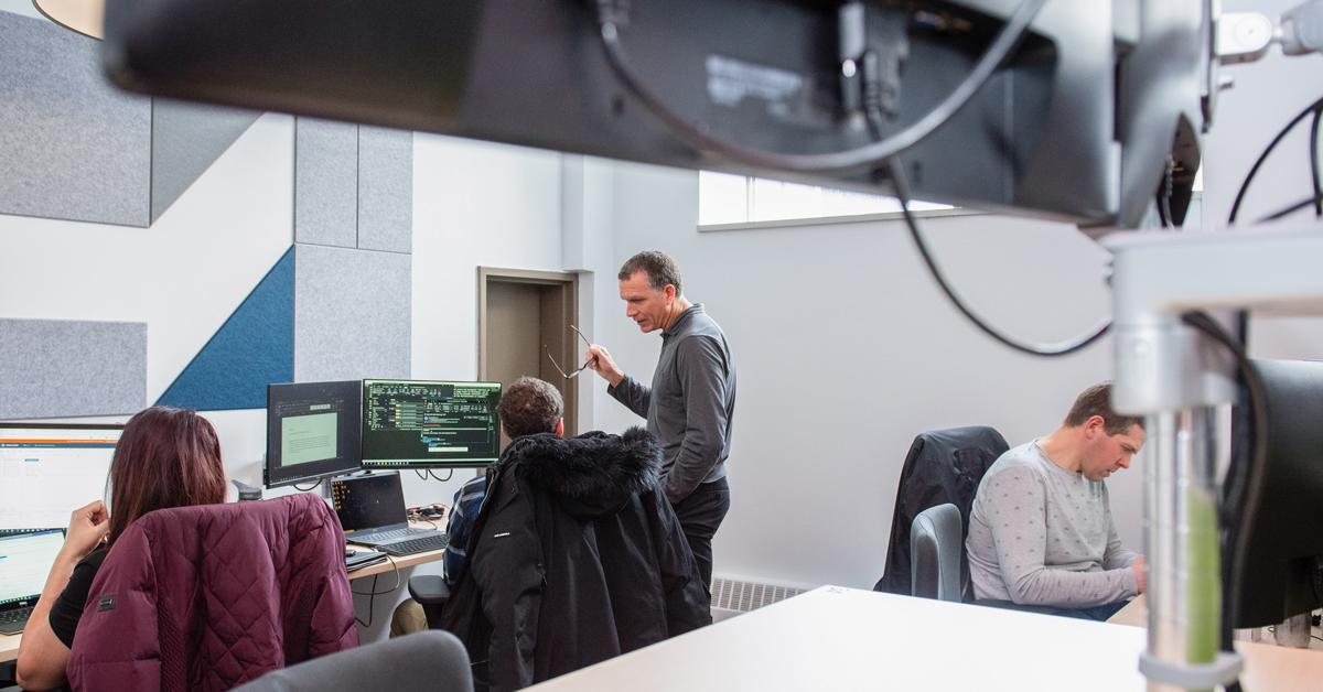 Des gens à l'oeuvre dans un bureau des technologies de l'information