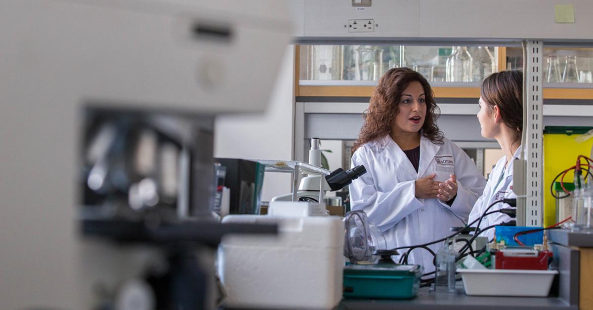 Docteure Nafissa Ismail parle avec une étudiante dans un laboratoire