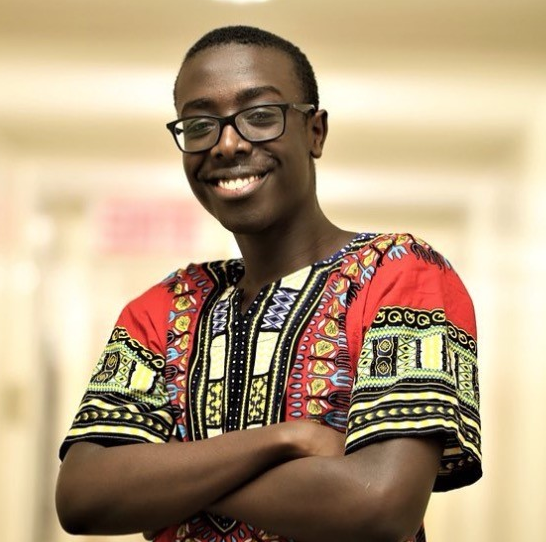 stevesangwa les bras croisés en chemise africaine