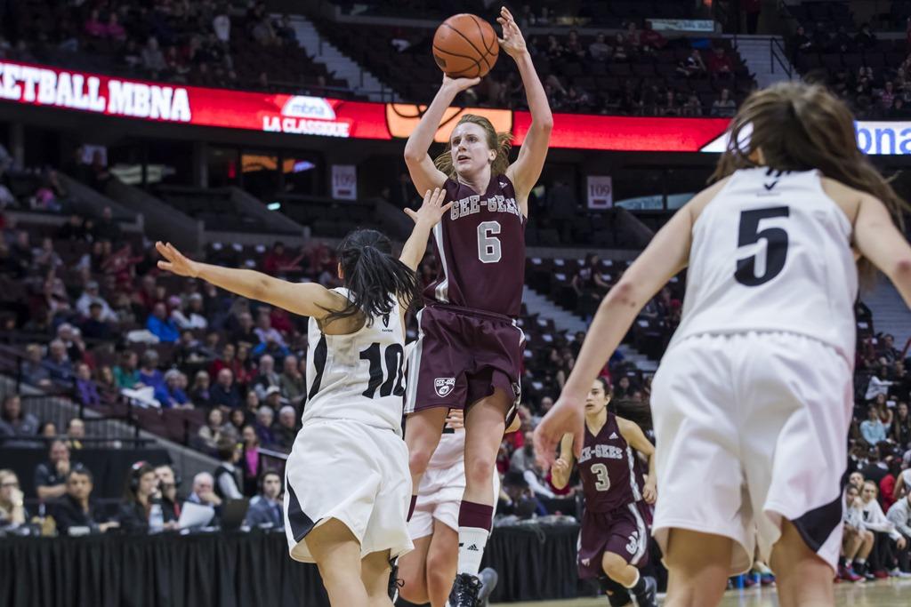 Krista Van Slingerland en action lors d'un match de basketball.
