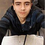 Selfie de brankoomv avec des livres d'université