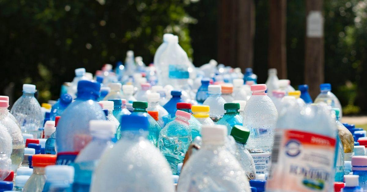 Des dizaines de bouteilles d'eau en plastique