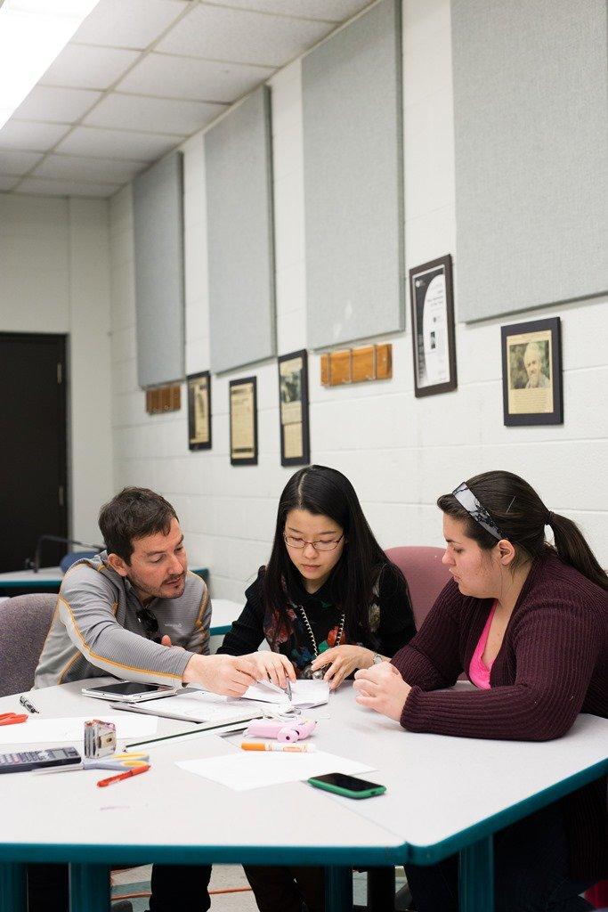 Étudiants travaillant en équipe.