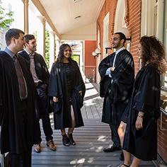 Étudiants parlant à l'extérieur de Pavillon des diplômés Alex-Trebek.