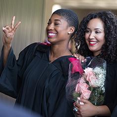 Nouvelles diplômées de l'université d'Ottawa prenant la pose.
