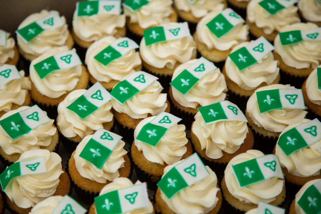 Cupcakes decorated with the Franco-Ontarian flag