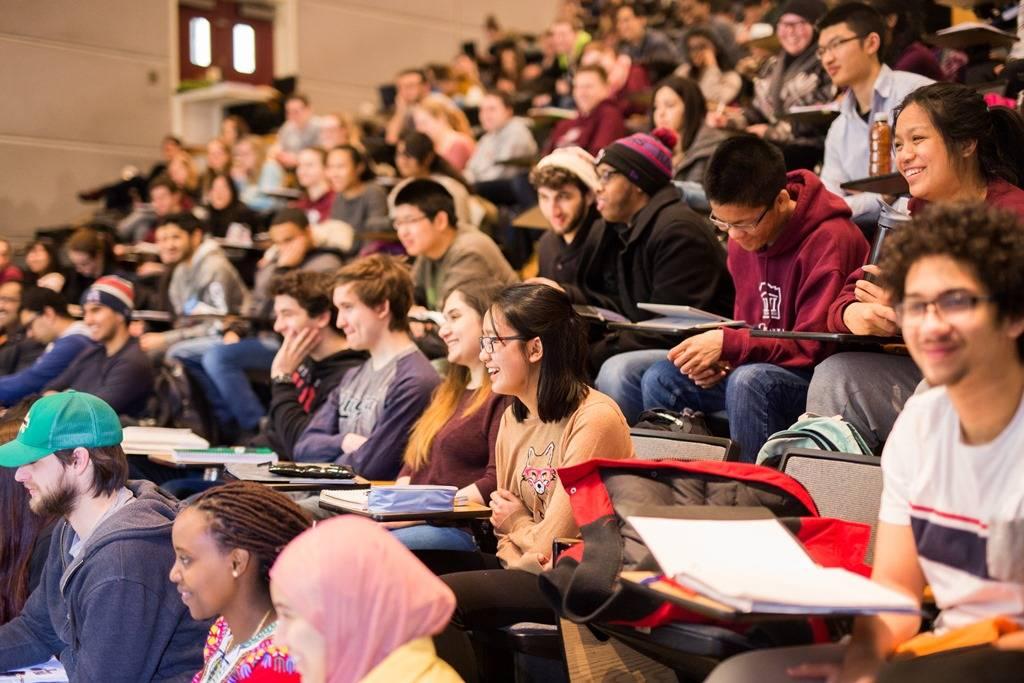 Une salle de classe remplie d'étudiants.