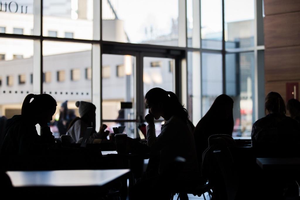 Étudiants dans un café à contre-jour.