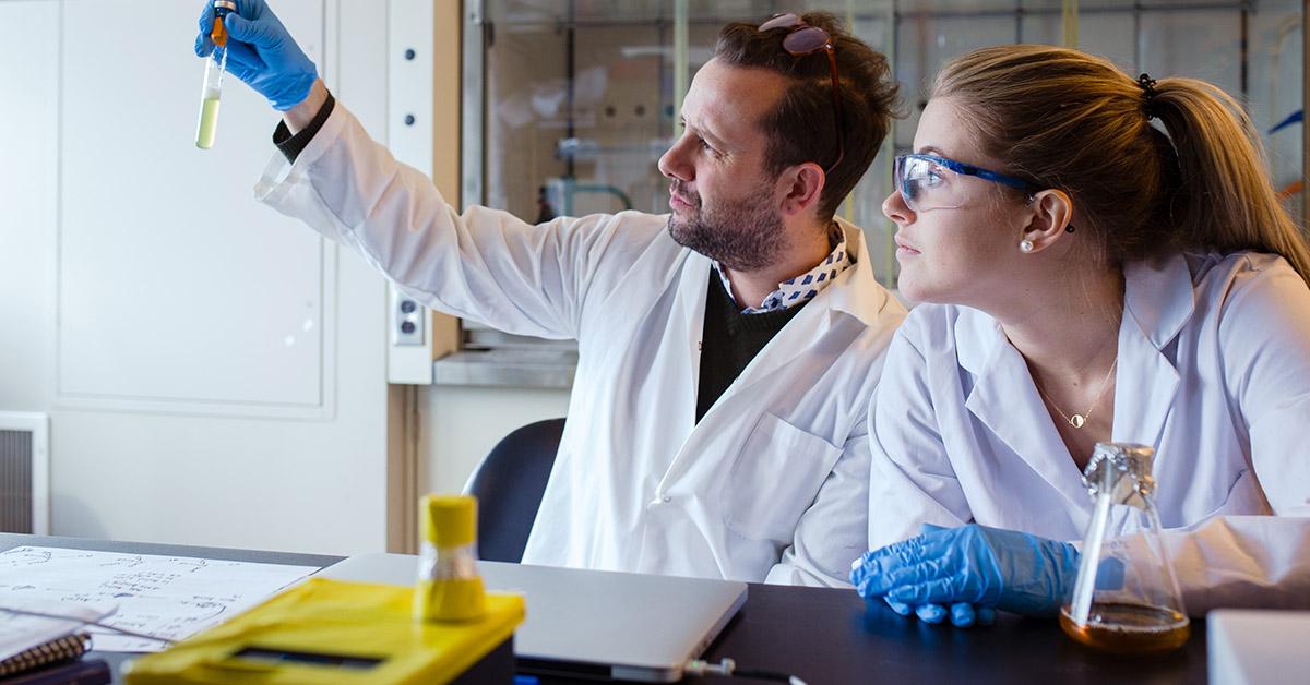 Le professeur Alexandre Poulain examine un échantillon de levure jaune en tube à essai pour en vérifier la clarté avec Jessica Gaudet