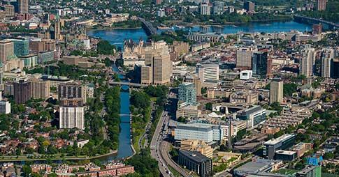Vue aérienne du campus et du Parlement