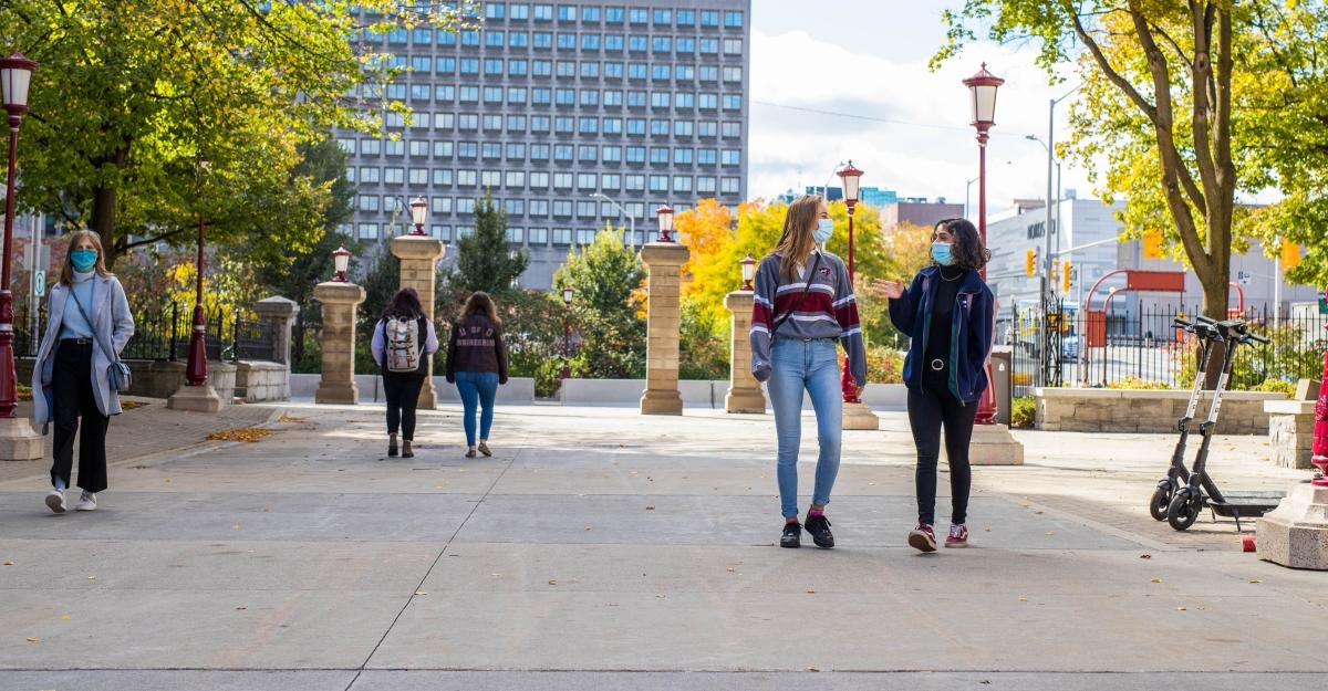 Étudiants circulant sur le campus