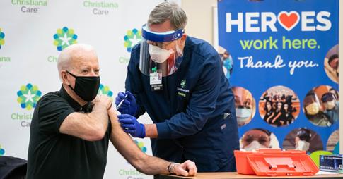Le président des États-Unis Joe Biden se fait vacciner par le diplômé de l'Université d'Ottawa Ric Cuming