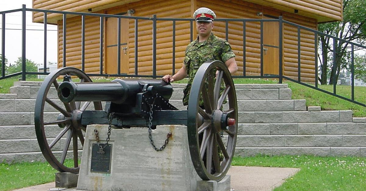 Aurel Dubé avec un canon.