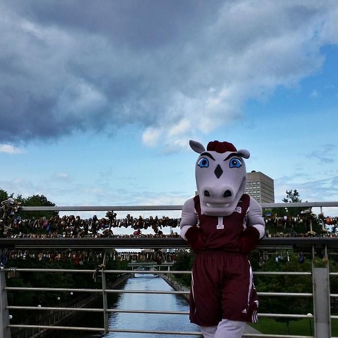 La mascotte Gee-Gee sur la passerelle, au dessus du Canal Rideau.