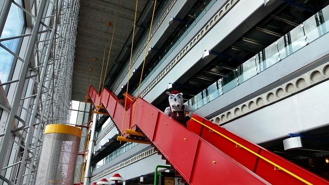 La mascotte Gee-Gee descend des escaliers du pavillon SITE.