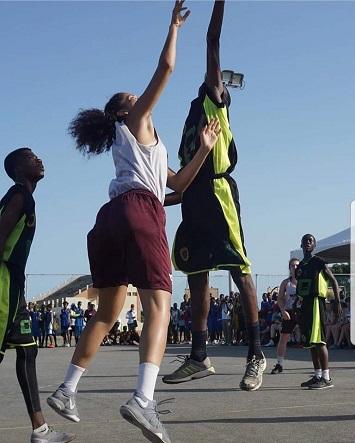 Brigitte Lefebvre-Okankwu et un autre athlète sautent lors d'une partie de basketball.