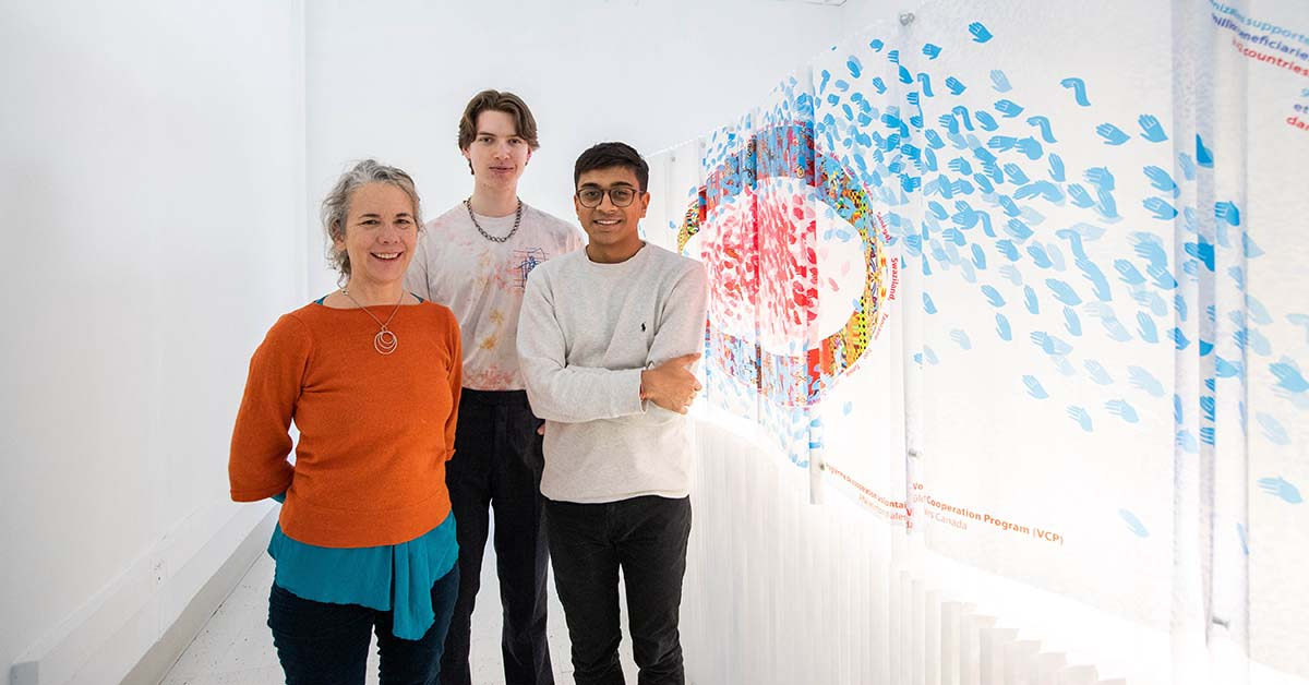 Jennifer Macklem, Willem Deisinger, et Devansh Shah à côté de leur installation artistique