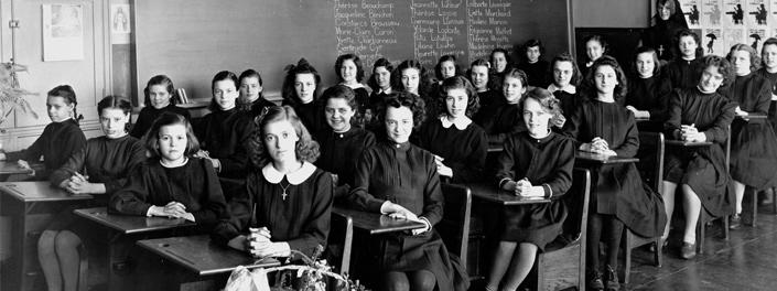 Jeunes filles dans une classe.