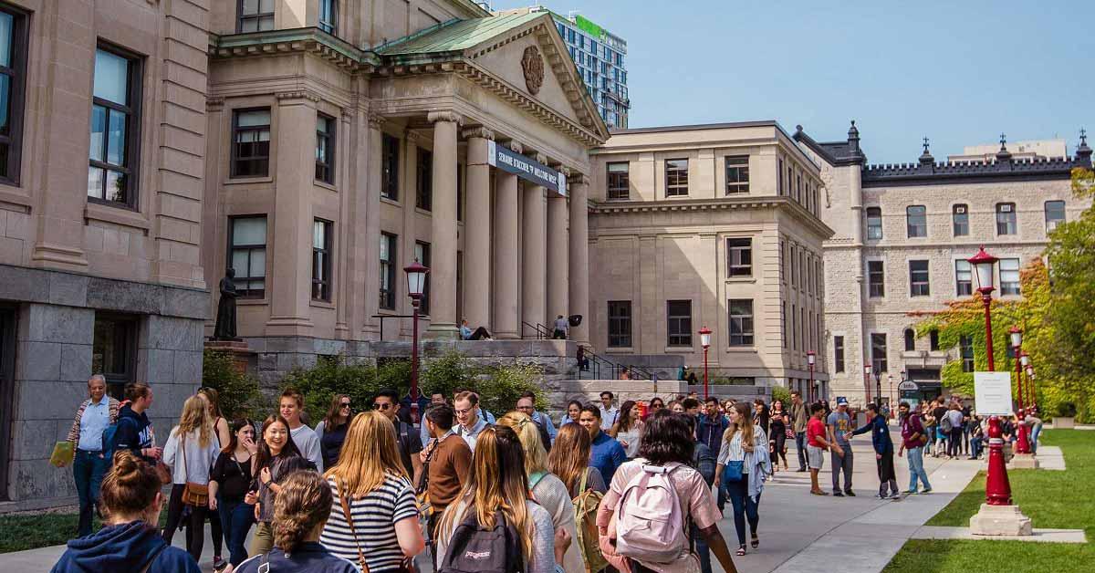 Foule d'étudiants marchant sur le campus.
