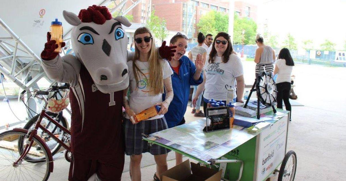 La mascotte des Geegees pose en compagnie de trois femmes à l'extérieur, sur le campus de l'Université d'Ottawa.