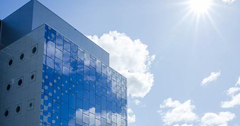 Un coin du complexe STEM sur un fond de ciel bleu et ensoleillé