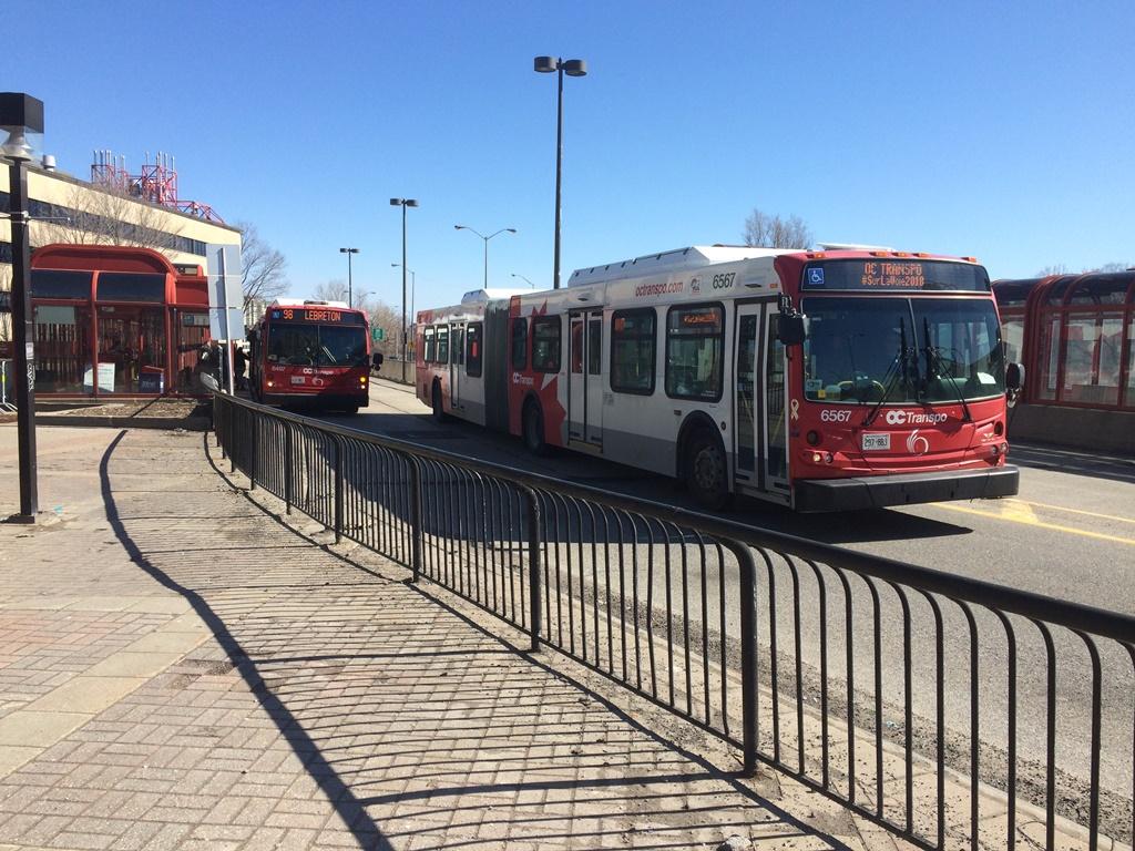 Un autobus s'approche d'un arrêt du Transitway.