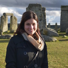 Caroline Bourque devant le monument Stonehenge en Angleterre.