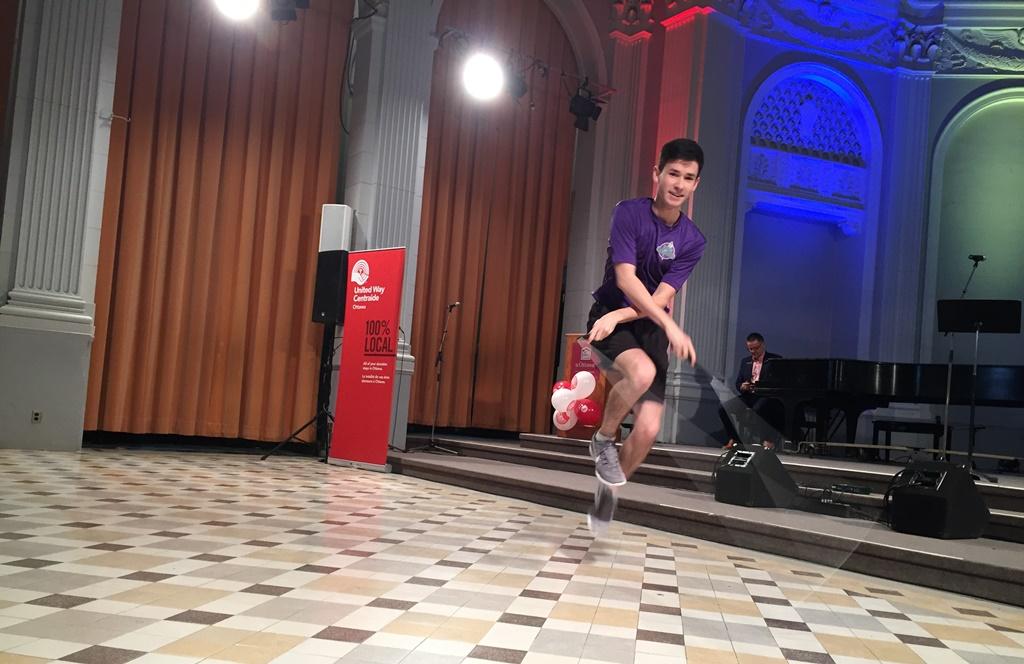 Un jeune homme saute à la corde devant la scène.