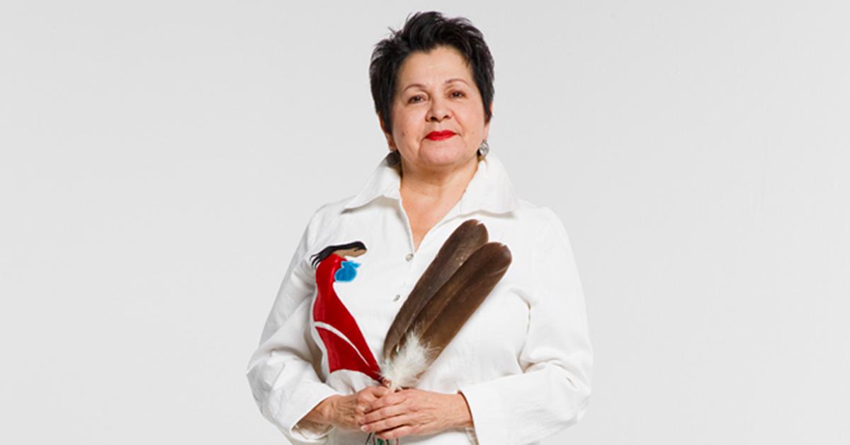 L'aînée Claudette Commanda qui tient une plume d'aigle dans ses mains