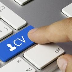 Clavier d'ordinateur et un doigt qui pointe vers une touche où il est écrit CV