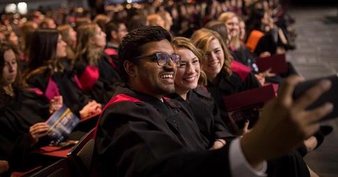 Des étudiant de la Faculté des arts qui ce prennent en photo à la collation des grades de l'automne 2018