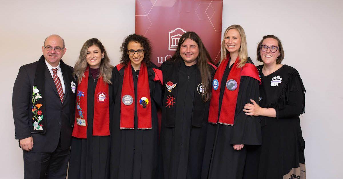 Le doyen de la Section de common law à la Faculté de droit, M. Adam Dodek, en compagnie de Kelly Duquette, Maria Lucas, Ryan Stiles, Sasha Bronicheski et Danielle Lussier.