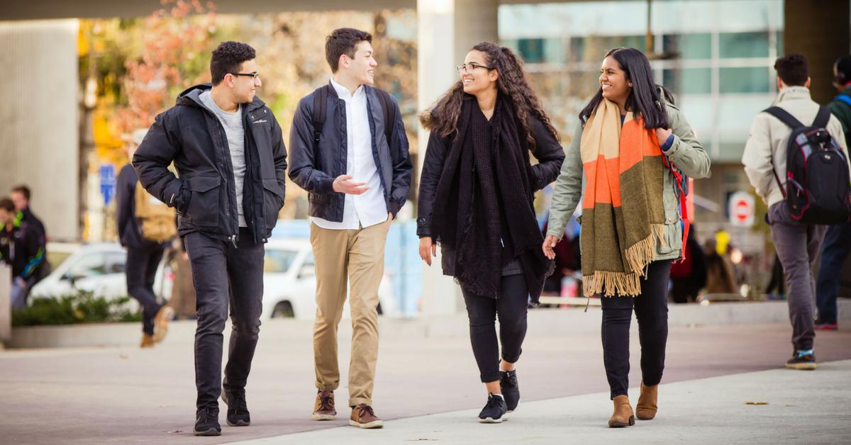 Étudiants qui marchent en discutant