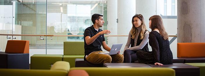 Des étudiants discutent sur les sofas du Carrefour des apprentissages (CRX) de l'Université d'Ottawa