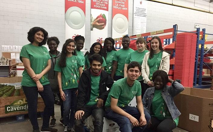 Un groupe d'étudiants bénévoles à la Banque alimentaire d'Ottawa.